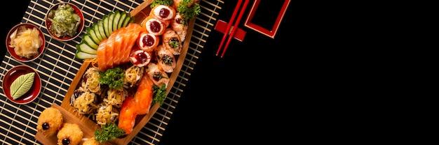 Japanische nahrungsmittelkombination im schwarzen hintergrund.