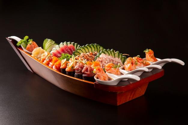 Japanische nahrungsmittelkombination im schwarzen hintergrund