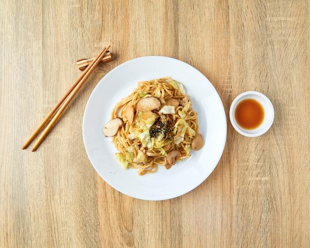 Japanische nahrungsmittelnudeln yakisoba