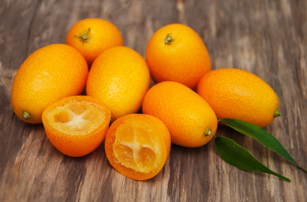 Japanische orangen auf einem holztisch