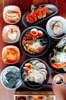 Japanische ramen in der suppe mit chashu schweinefleisch, gekochtes ei, trockene meerespflanze