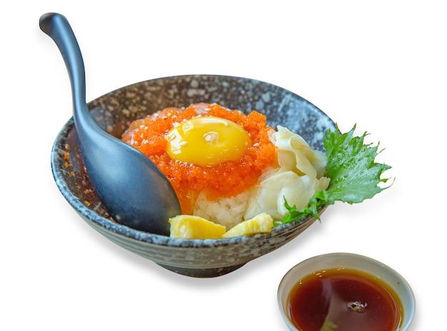 Japanische reisschale mit geschnittenem lachssashimi weichgekochte eier, garnelenrogen mit meeresfrüchtesauce, fokus selektiv