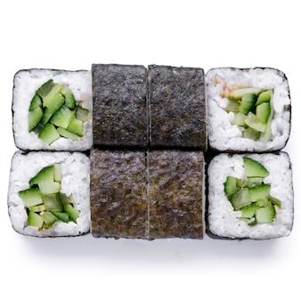 Japanische restaurantlieferung, sushi, brötchenset. sushi unagi, tempura rolls kalifornien mit lachs, garnelen, thunfisch, kaviar und käse auf weißem hintergrund.