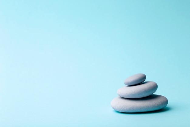 Japanische steine (steintürme) für spa, meditation und entspannung auf blau