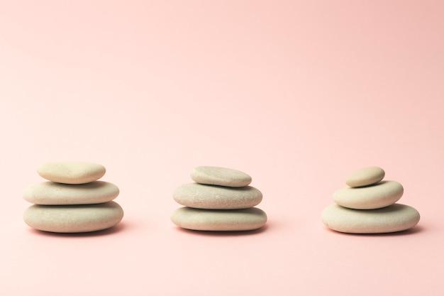 Japanische steine (steintürme) für spa, meditation und entspannung auf pink