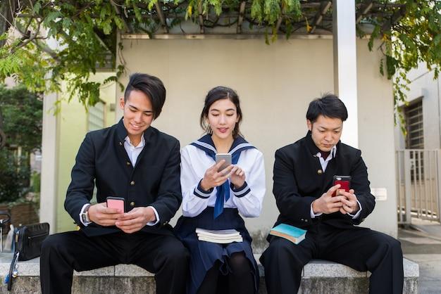 Japanische studenten treffen sich im freien