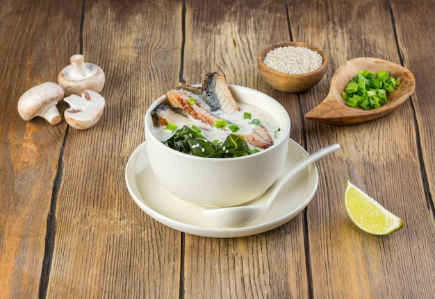 Japanische suppe mit aal und miso