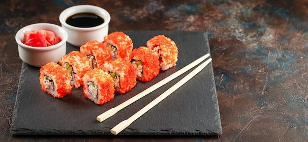 Japanische sushi auf einem rustikalen dunklen hintergrund.