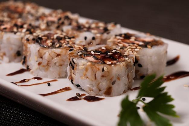 Japanische sushi, köstliches asiatisches lebensmittel-lachsfischgericht-gericht, chinesische mahlzeit, asiatisches biologisches lebensmittel, meeresfrüchte