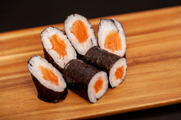Japanische sushi maki rollen