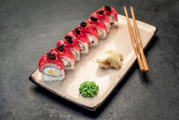 Japanische sushi-rollen auf steinhintergrund