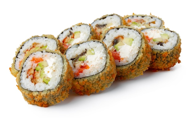 Japanische sushi-tempura-rolle isoliert auf weiß