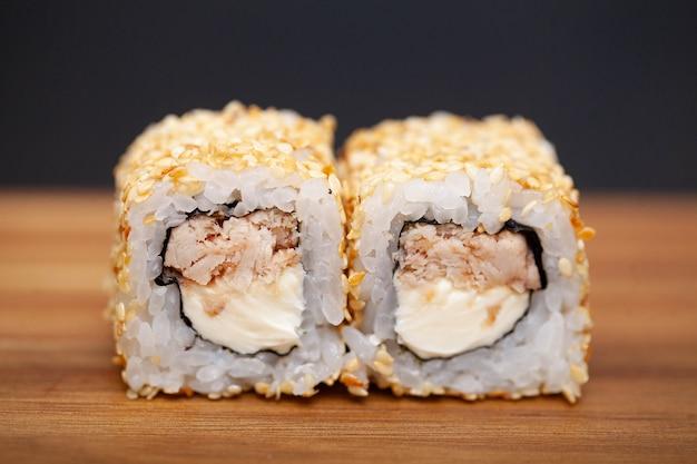 Japanische sushirolle mit lachsen und gurke