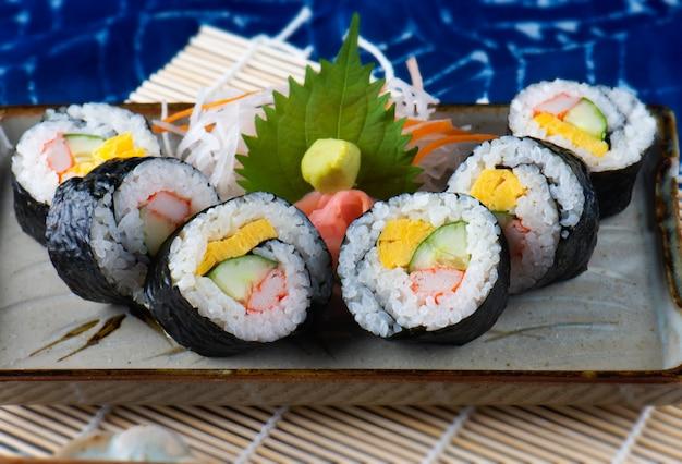 Japanische sushirolle schneiden.