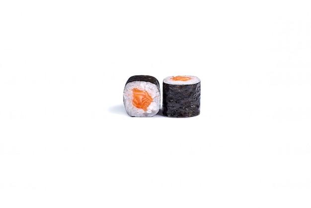 Japanische sushirollen getrennt auf weiß
