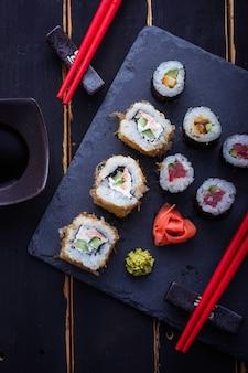 Japanische sushirollen mit lachs
