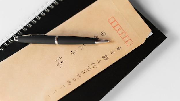 Japanische symbole auf papier flach liegen