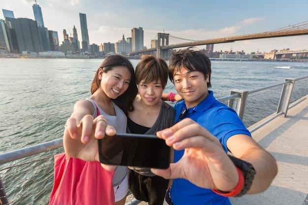 Japanische touristen, die selfie in new york nehmen
