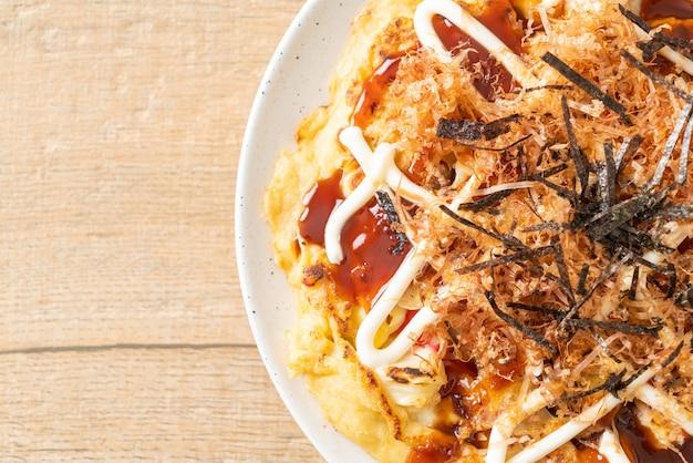 Japanische traditionelle pizza namens okonomiyaki - japanischer essensstil