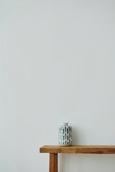 Japanische vase auf einer holzbank