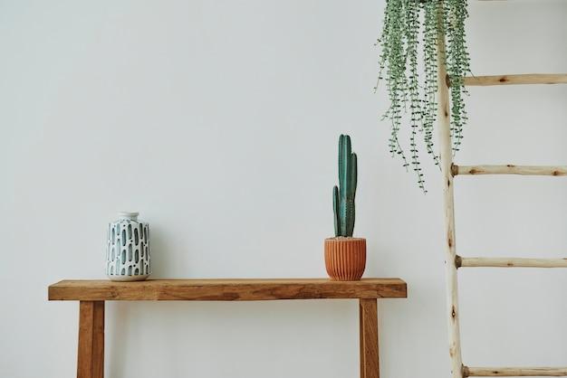 Japanische vase und kaktus auf einer holzbank