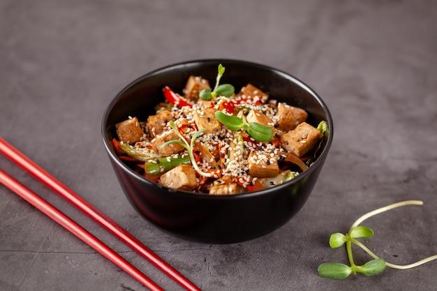 Japanische vegetarische nudeln mit tofukäse