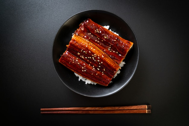 Japanischer aal gegrillt mit reisschüssel oder unagi don