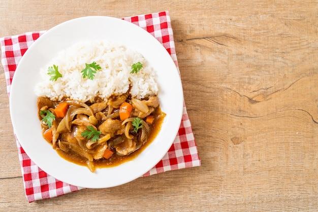 Japanischer curryreis mit geschnittenem schweinefleisch, karotten und zwiebeln - asiatische art