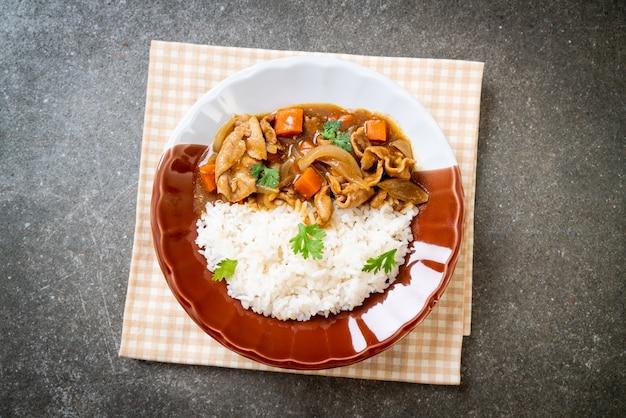 Japanischer curryreis mit geschnittenem schweinefleisch, karotten und zwiebeln. asiatischer stil