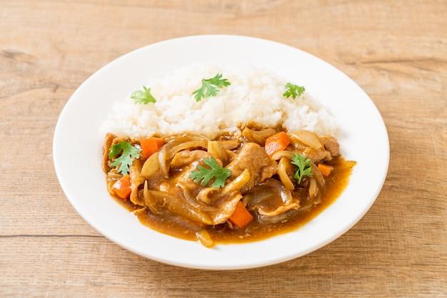 Japanischer curryreis mit geschnittenem schweinefleisch, karotten und zwiebeln