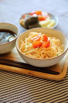 Japanischer essensstil der kalten nudeln