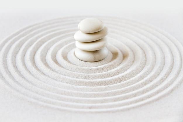 Japanischer garten des zens mit balancierenden steinen