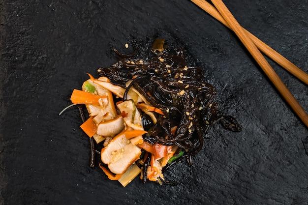 Japanischer gemüse- und seetang-salat