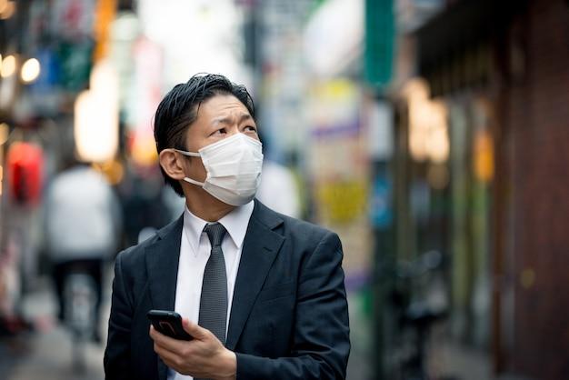 Japanischer geschäftsmann in tokio mit formellem geschäftsanzug