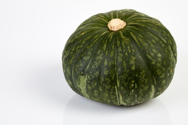 Japanischer grüner kürbis lokalisiert auf dem weißen hintergrund