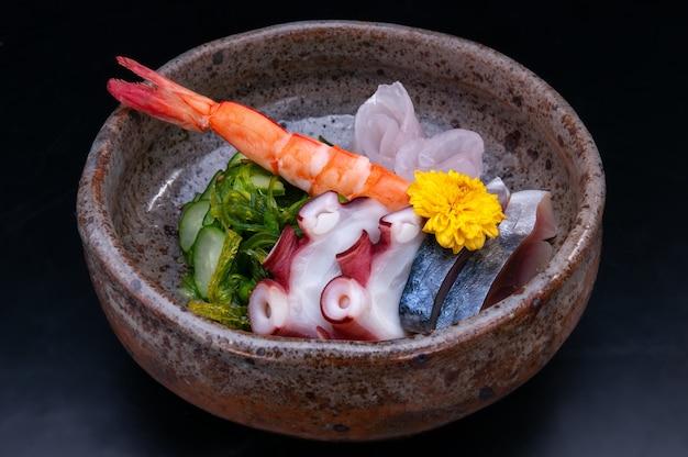Japanischer gurkensalat sunomono in der tasse.