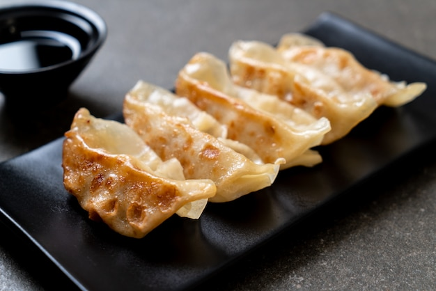 Japanischer gyoza- oder mehlkloßimbiß