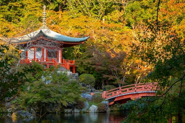 Japanischer herbstfall. kyoto daigoji-tempel.