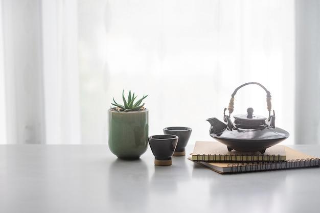 Japanischer keramischer teekessel und teeschale auf tabelle