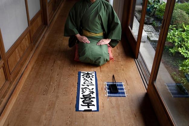 Japanischer mann entspannt sich durch handschrift auf einem papier