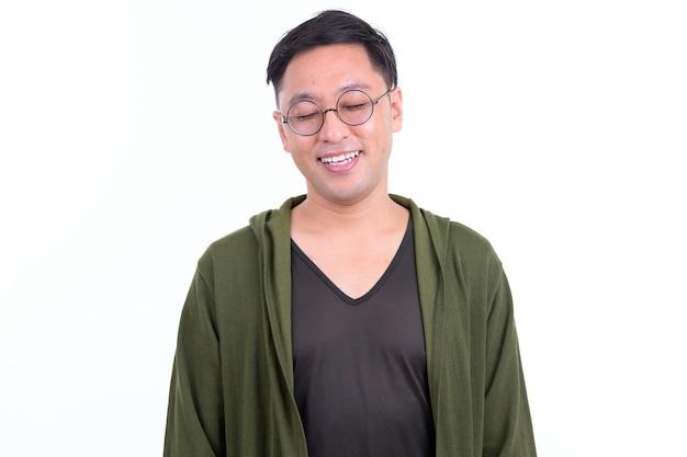 Japanischer mann mit brille lokalisiert gegen weiße wand