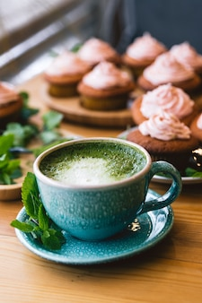 Japanischer matcha grüner tee. matcha-tee mit kuchen