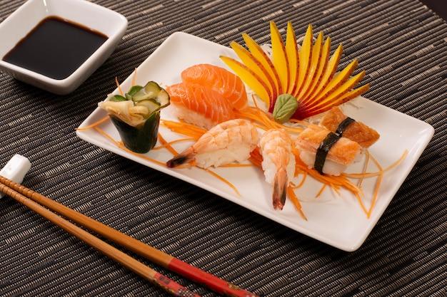 Japanischer orientalischer asiatischer lebensmittel-garnelen-teller, köstliches und neues chinesisches lebensmittel