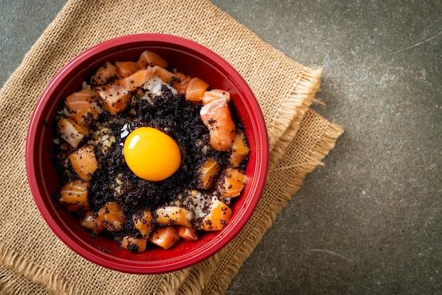 Japanischer reis mit frischem lachs roh, tobiko und ei (lachs don) - japanische küche