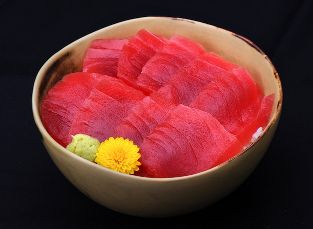Japanischer roher maguro-roter thunfisch auf reis