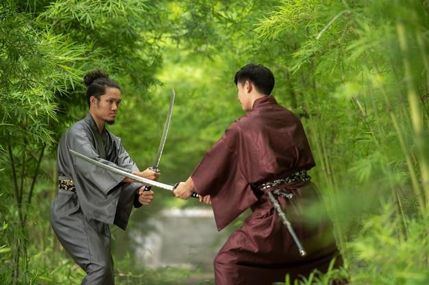 Japanischer samuraikämpfer, der traditionelle uniform trägt