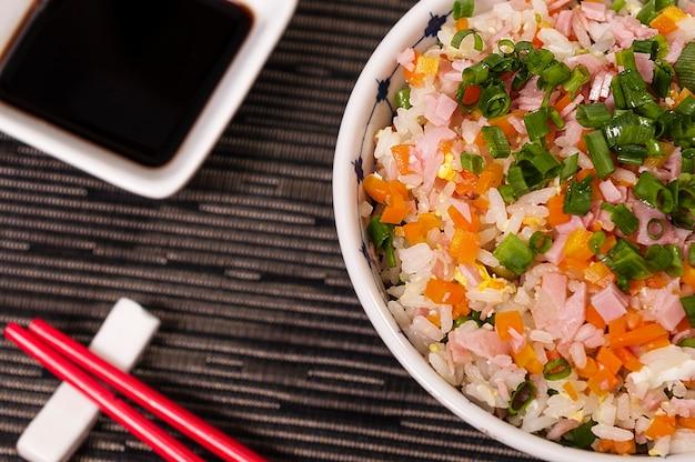 Japanischer schüssel-lebensmittel-reis und veggies, köstliches asiatisches lebensmittel, hieb suey tai style