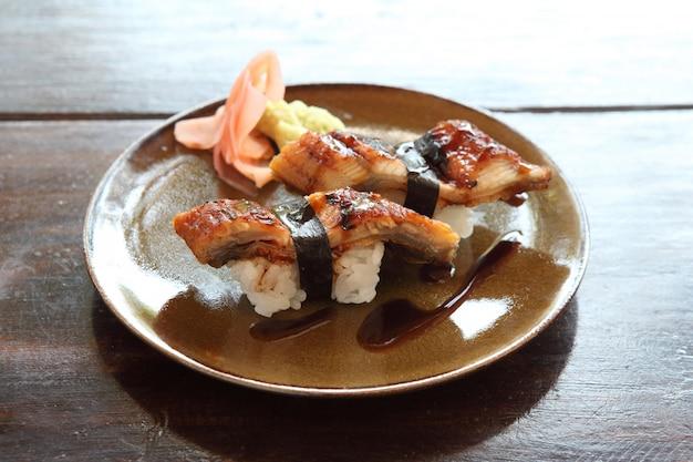 Japanischer speisereis mit aal (unagi) aalsushi