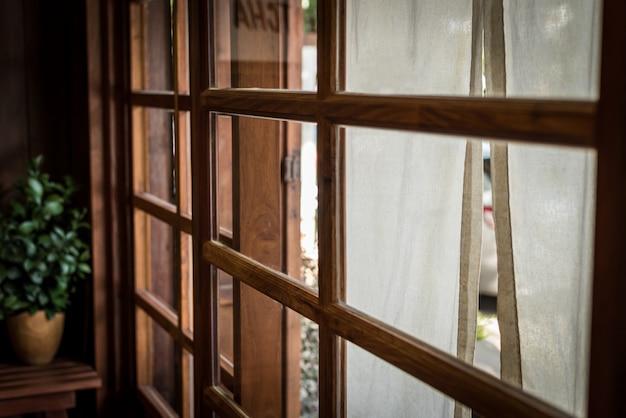 Japanischer stil, fenster mit weißem stoff vor reatuarant und randlicht aus holz