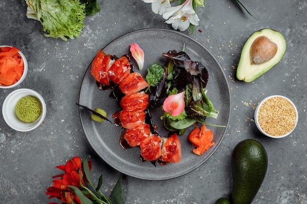 Japanischer sushi-roter drache. avocado-, lachs- und sushi-käse. draufsicht